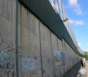 Wall separating Catholics and Protestants_2004391490096713974