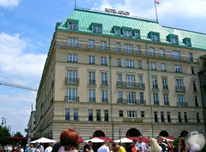 Berlin-Michael Jackson hotel-dangle baby_2555421200096713974
